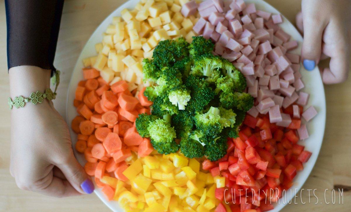 Gemüsen und Schinken in kleinen Würfeln schneiden-mit dem Ranch Nudelsalat dünn bleiben