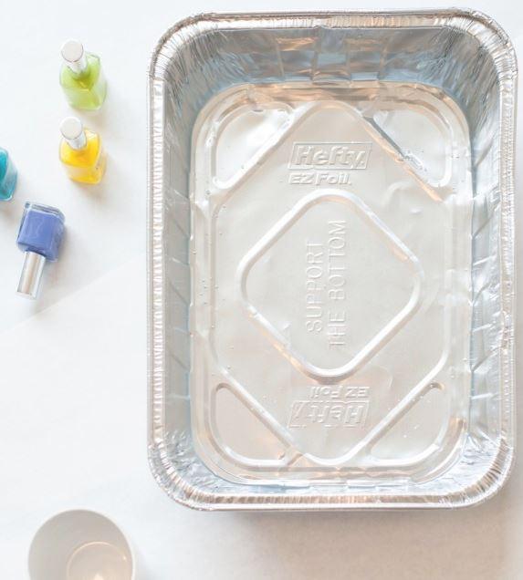 DIY Marmortassen selber machen - Behälter mit Wasser und buntem Nagellack füllen
