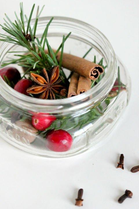 DIY Weihnachts-Raumduft mit Zimt und Zierbeeren