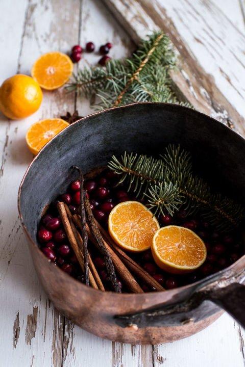 Weihnachtsduft im Topf mit Orangen und Tannenblättern