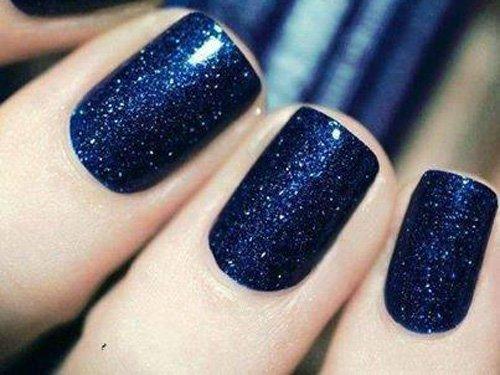 Wunderschönes Nageldesign mit Mitternachtblau
