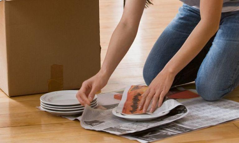 Mit Zeitungspapier Teller verpacken
