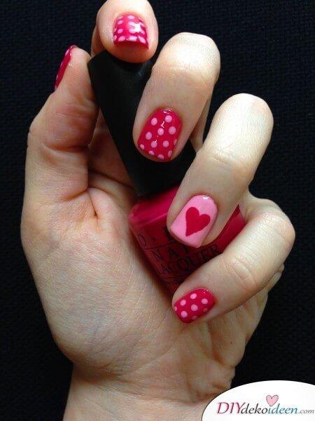 Süßes Valentinstag-Nageldesgin mit Pünktchen und Herzen - OPI