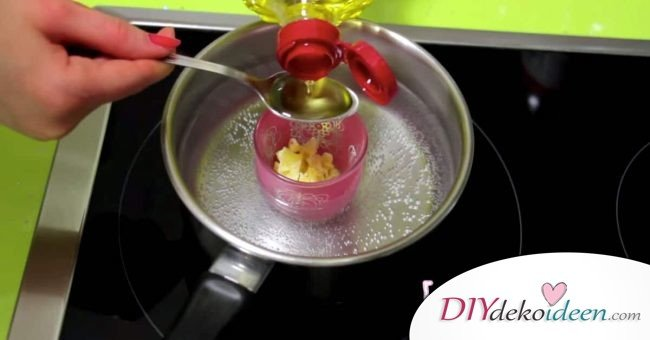 Schritt 1. Bienenwachs und Ölivenöl vermischen - DIY Schönheitsprodukte