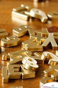 Goldene Magnete aus Buchstaben basteln