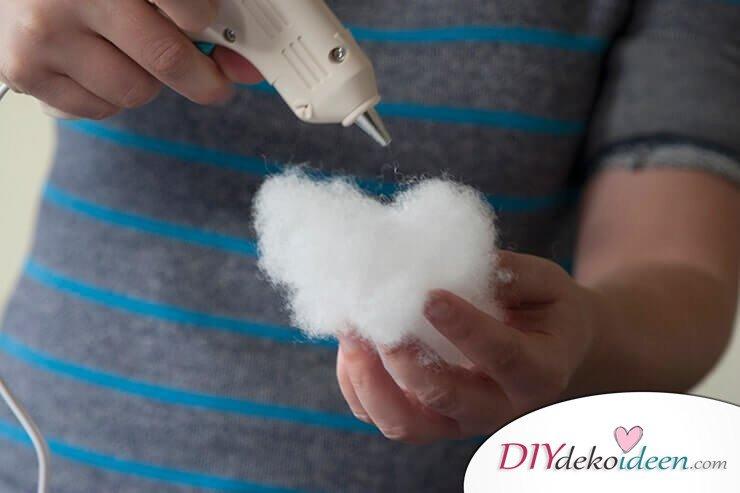 DIY Hängelampe selber machen-Watte mit Heißkleber an die Laterne kleben