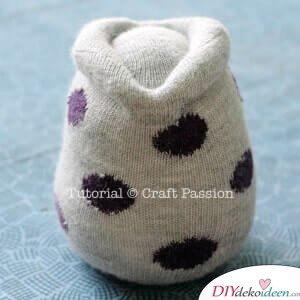 Ohren und Augenbrauen formen-Eule aus Socken basteln