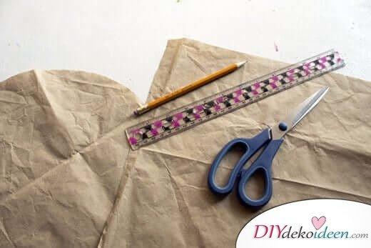 Maße des Kissens auf eine Schablone übertragen - DIY Wohndeko