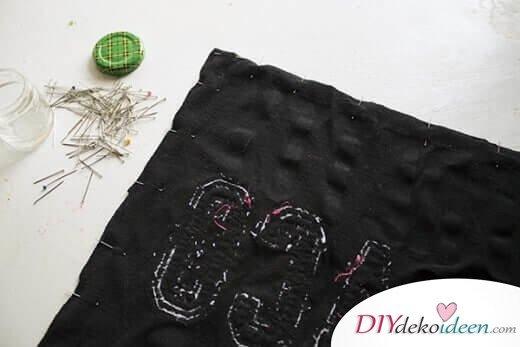 Kissen zusammennähen - DIY Bastelideen aus alten T-Shirts