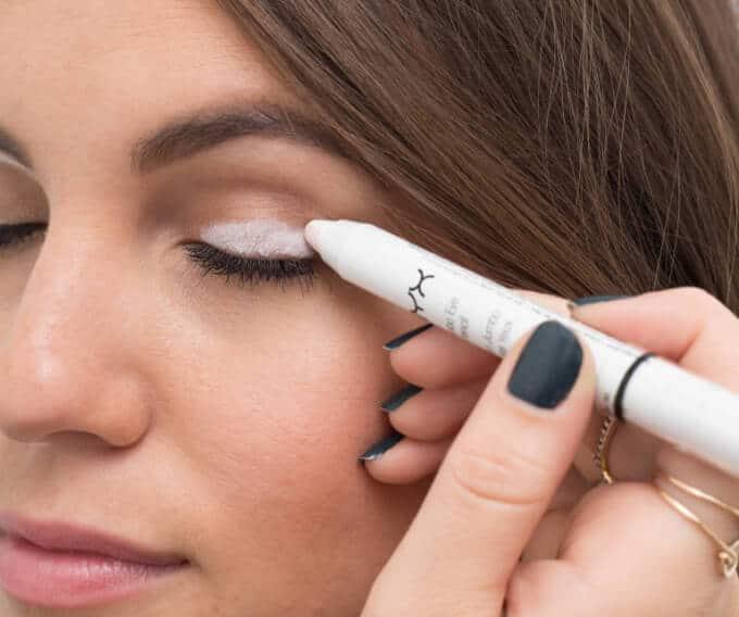 weißer Lidschatten als Foundation für Eyeliner