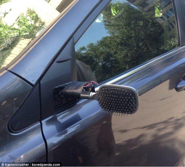 Haarbürste statt Spiegel am Auto