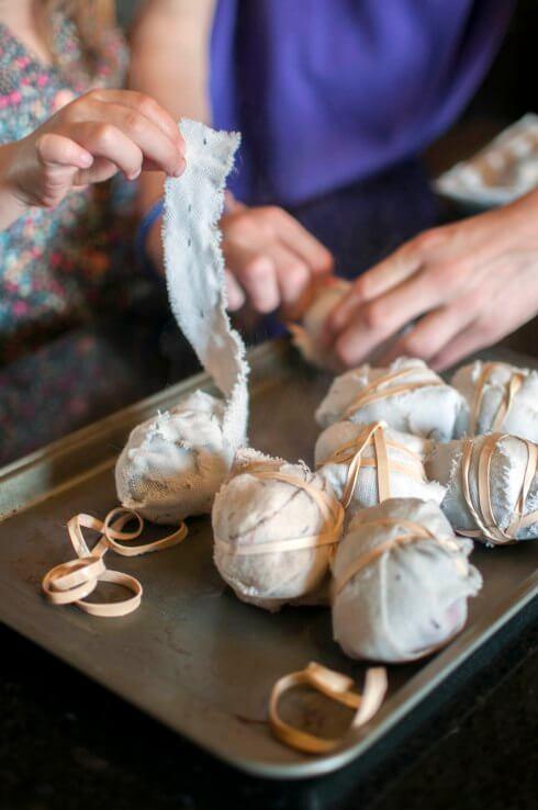 DIY Osterprojekte mit Seide - Eier auspacken