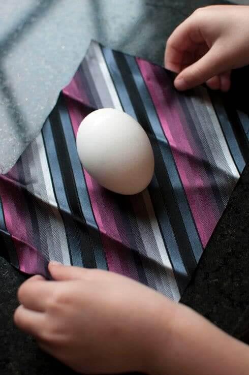 Ostereier mithilfe einer Krawatte färben - dekorative DIY Osterideen