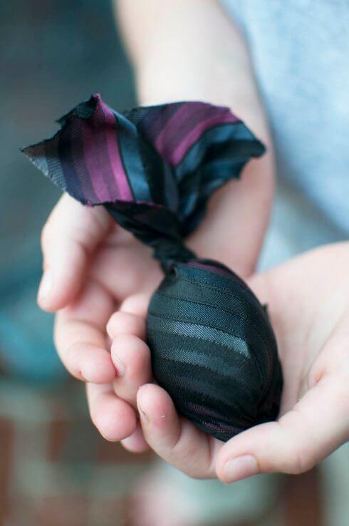 Osterei in Seide verpacken - DIY Idee zum Färben von Eiern