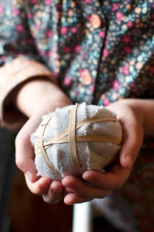 Mit Gummibänden den Stoff an den Eiern fixieren . DIY kreatives Eierfärben