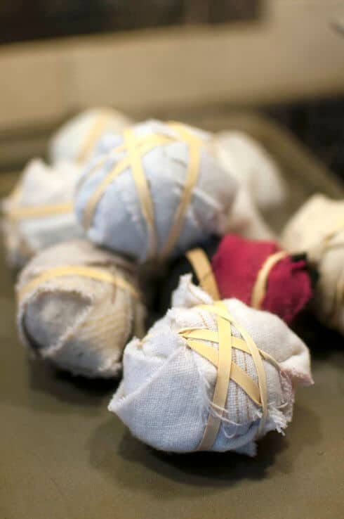 Eier mit Seide färben - abkühlen lassen
