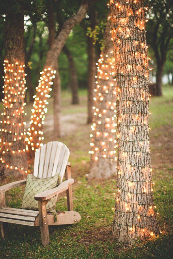 Bäume im Garten mit Lichterketten dekorieren