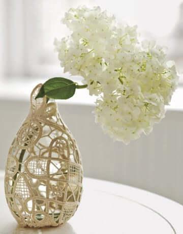 Vase mit Spitze verschönern - DIY Deko-Idee mit Vasen