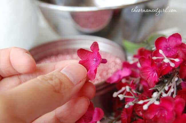 Tischdeko mit pinken Blumenbällen