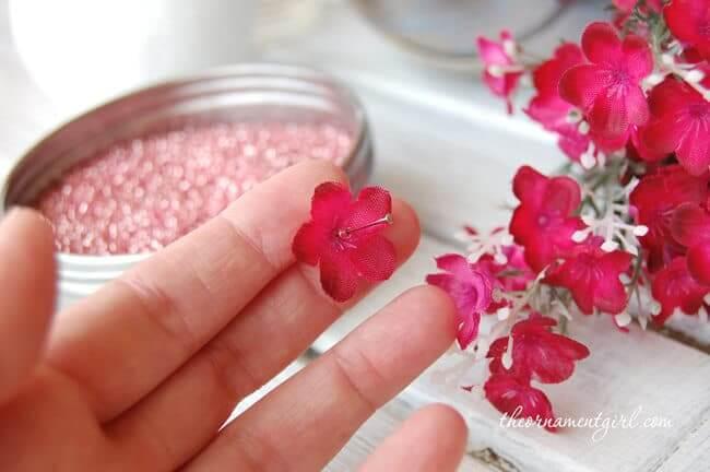 Nadeln mit Perlen verzieren - Hochzeitsdeko zum Selbermachen
