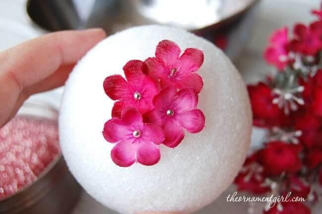 Mit Blüten bedeckte Tischdeko