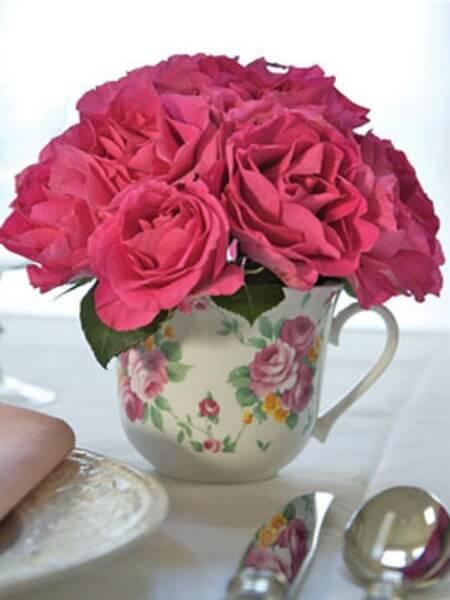 Tassen als Vasen nutzen - DIY Dekoideen mit Rosen