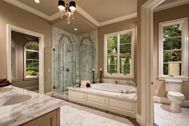 elegantes Badezimmer mit Naturfarben