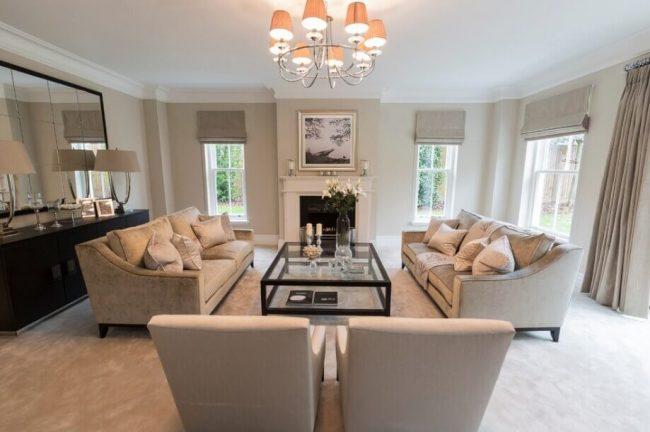 elegantes Wohnzimmer mit vielen Fenstern - Wohnideen