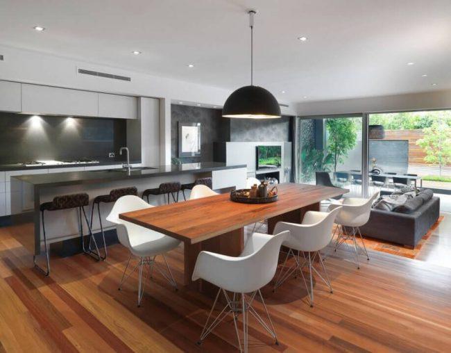 moderne Küche mit vielen Sitzgelegenheiten