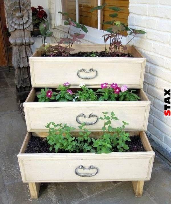 alte Kommode als Dekoration im Garten nutzen