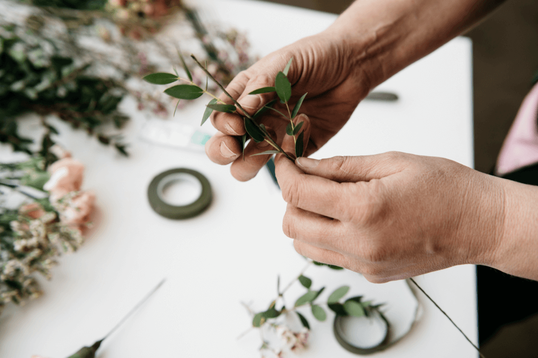 Grüne Pflanzen als Basis für die Blümchen-Krone zum Selbermachen