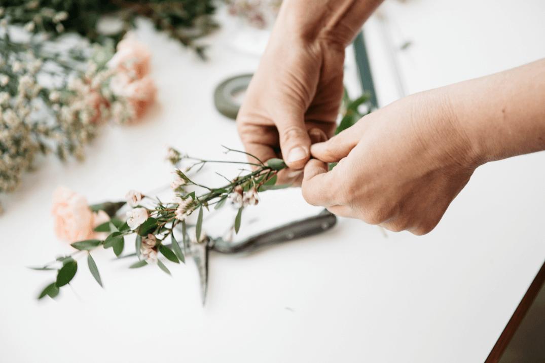 Pflanzen am Draht befestigen- DIY Haarschmuck