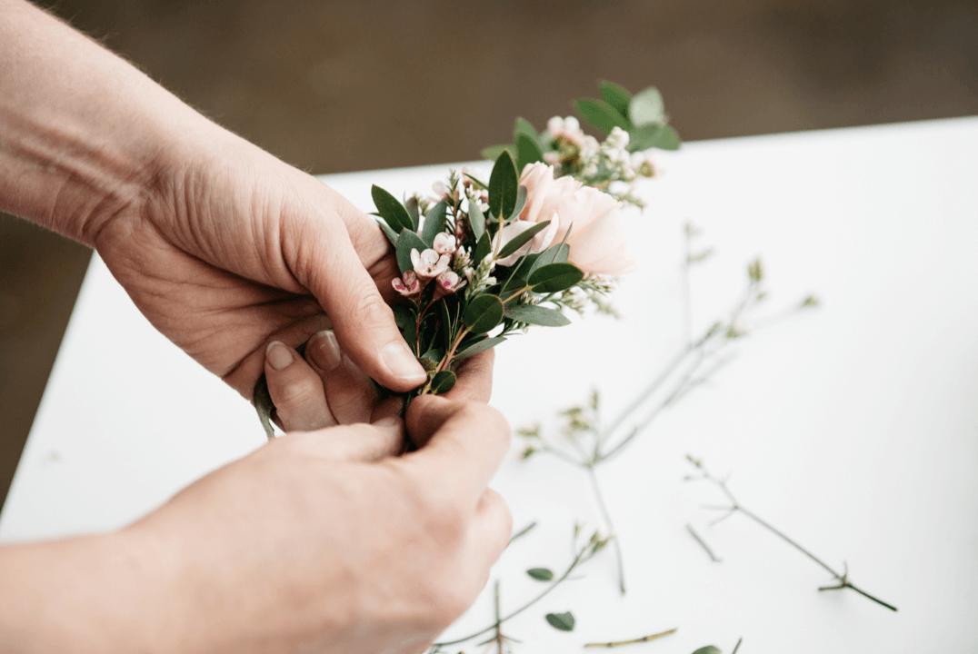 Blumen an die Krone binden - DIY Blumen-Haarschmuck