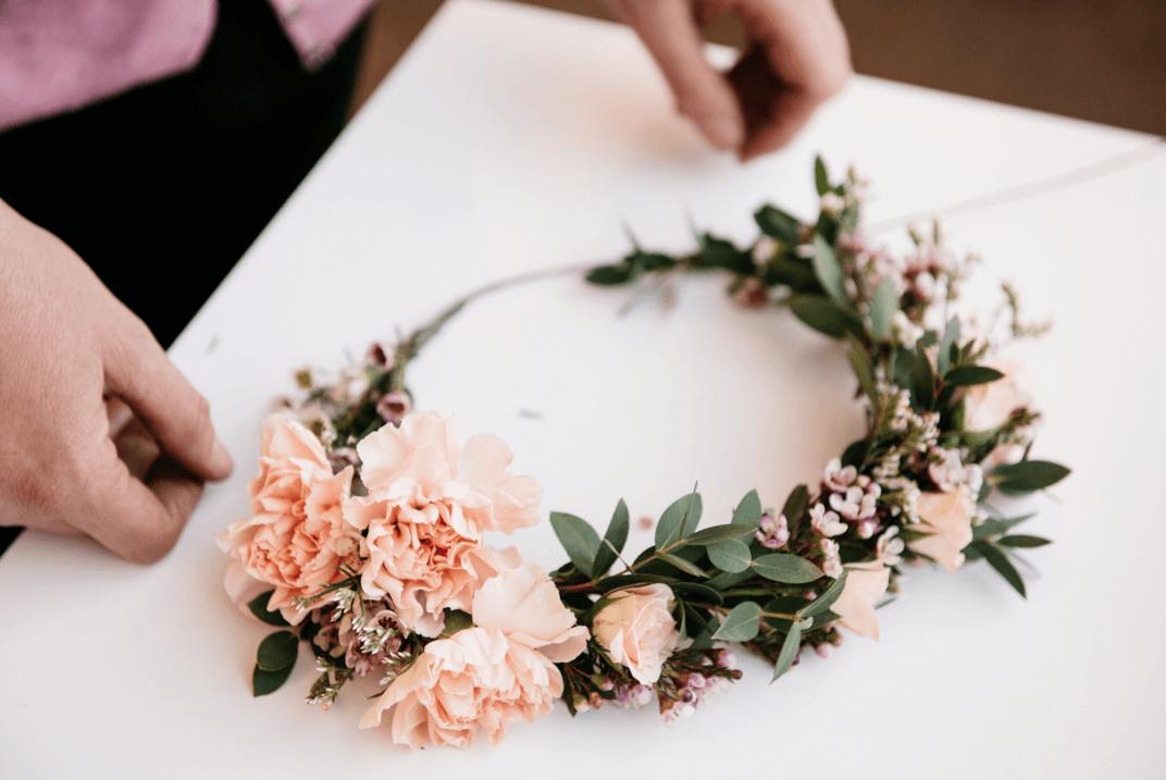 DIY Blumenkrone selber machen - mit grünen Pflanzen und Blumen