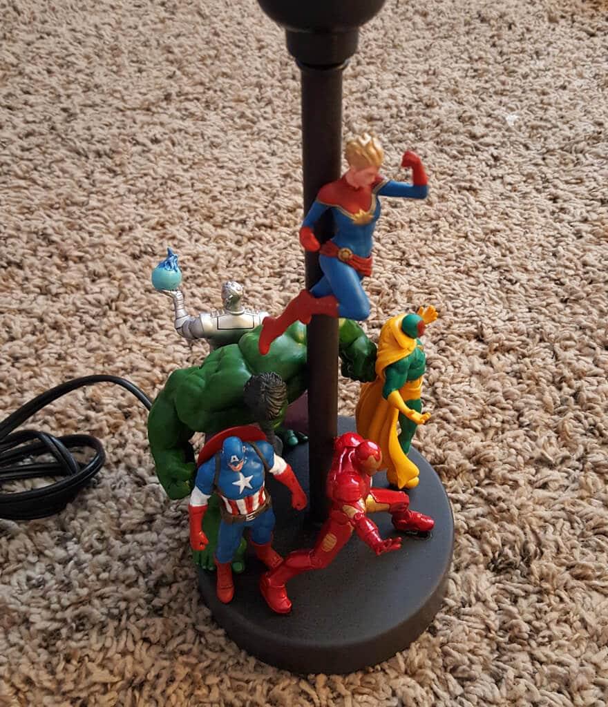 Actionfiguren mit Heißkleber an die Lampe kleben