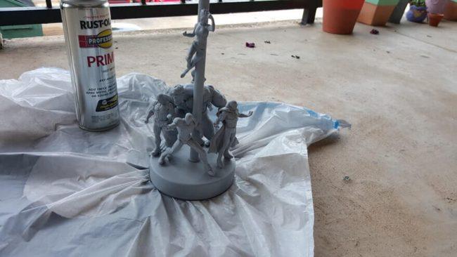 Actionfiguren-Lampe mit Sprayfarbe besprühen-Grundierung