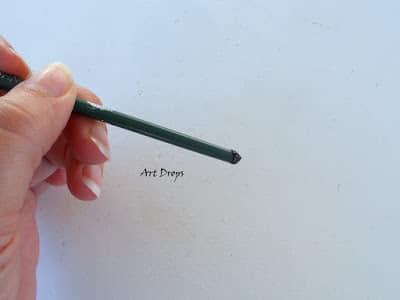 Marienkäfer malen mit schwarzer Farbe und einem spitzen Gegenstand-Augen und Punkte malen