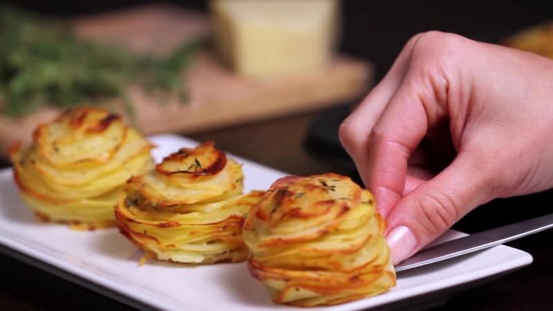 Parmesan-Kartoffeltürmchen servieren