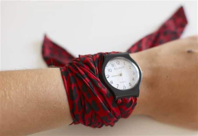 Uhrband durch einem Tuch ersetzen-DIY modisches Uhrband-Uhr verschönern