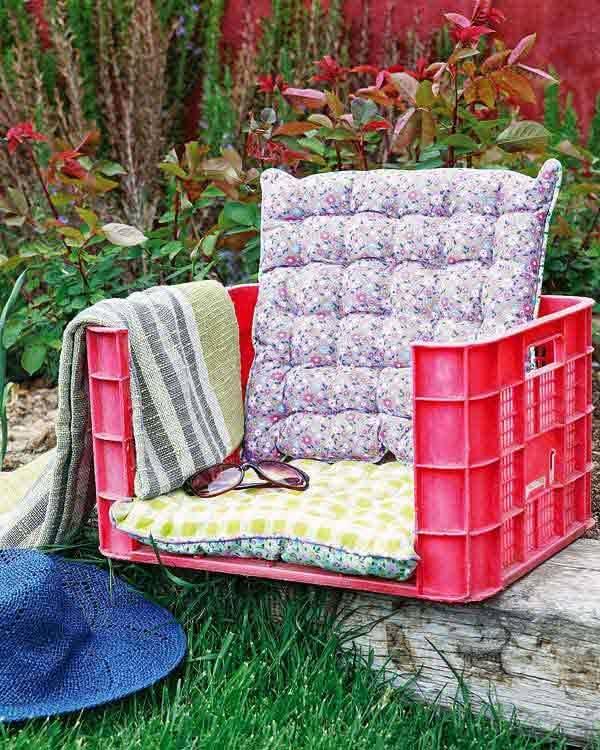 DIY Sessel - Plastikkisten mit Kissen - Gartenmöbel zum Selbermachen
