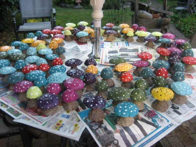 Pilze aus Beton basteln - bunte Pilze Dekoration