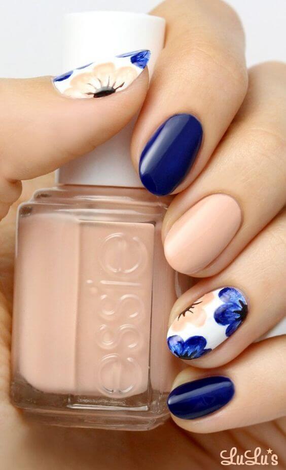 Nail Design Ideen für sonnige Maniküre-Nude-Blau Blumenmuster-Essie