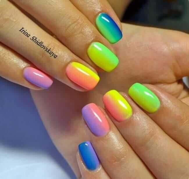 Regenbogenfarben-Naildesign für den Sommer