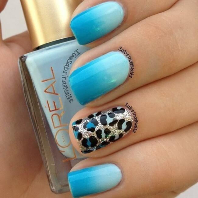 Ombre-blaue Nägel mit Leomuster