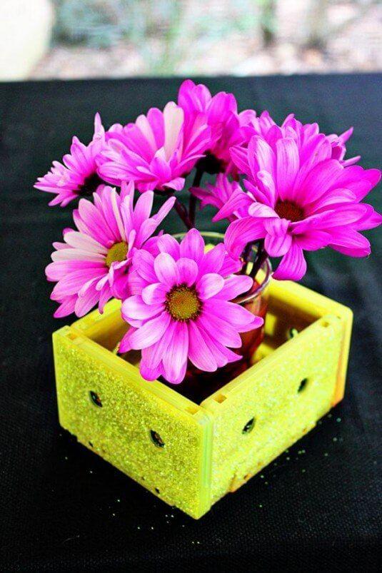 Blumentopf aus Kassetten basteln - lustige DIY Dekoideen mit Audiokassetten
