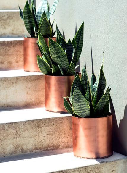 Blumentöpfe mit Kupferspray besprühen - DIY Luxus Wohnelemente