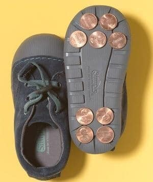 Münzen an den Schuhen kleben - DIY Idee gegen rutschige Sohlen
