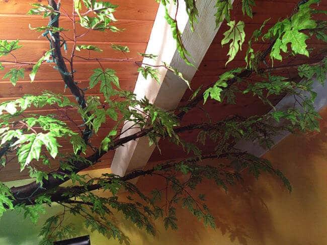 Baum gestalten mit Kunstblättern