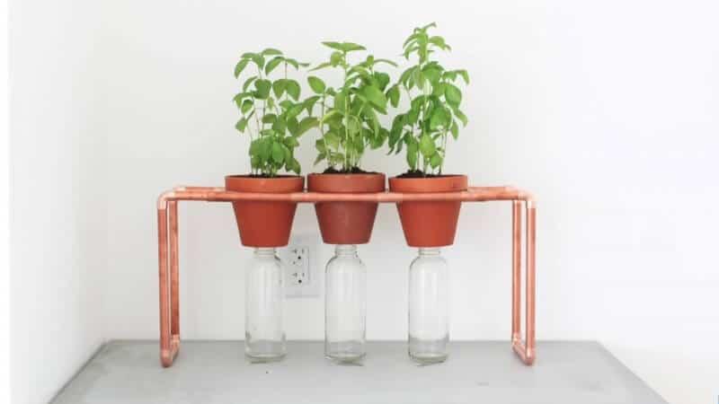 DIY Bastelidee mit Kupferrohre-Blumenregal selber machen-Dekoideen für dein Fenster