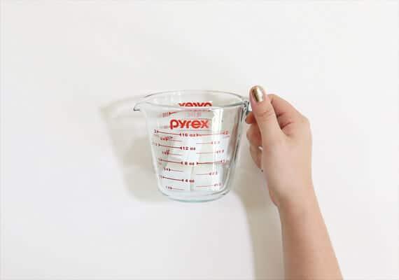 Zutaten für selbst gemachte Seifen messen